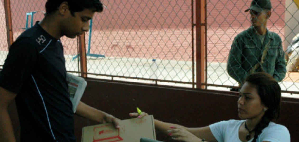 PSUV hace campaña entregando tabletas a estudiantes