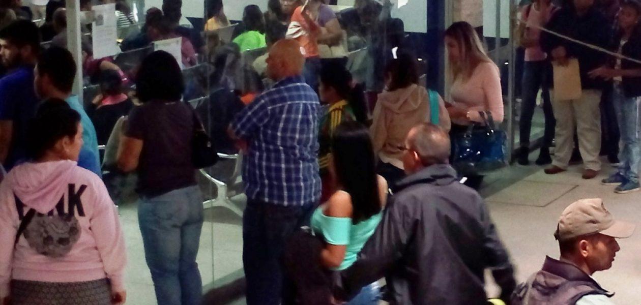 Las colas también son parte del trámite de pasaporte en el Saime