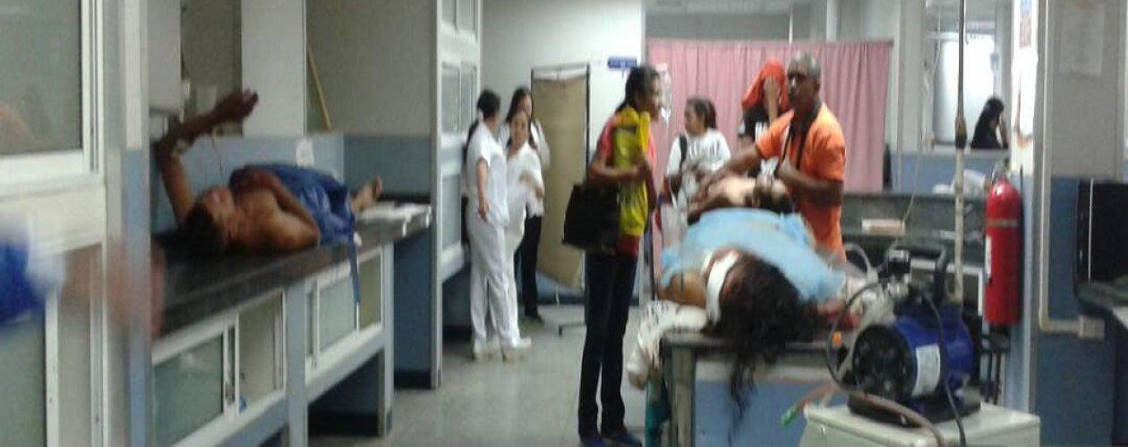 Hospital en Lara acuesta a sus pacientes en escritorios y mesones