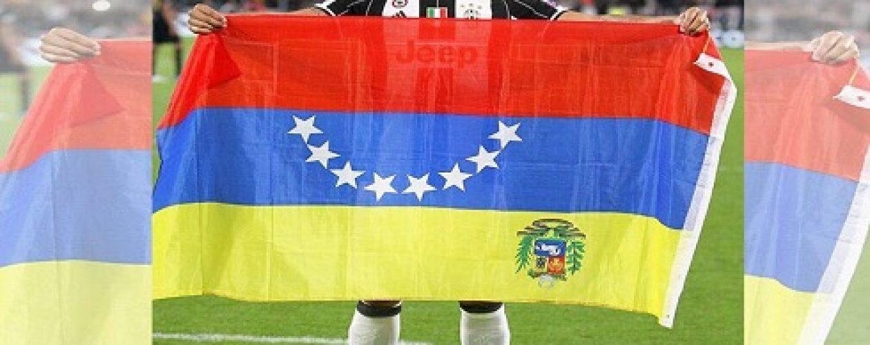 Tomás Rincón voltea la bandera de Venezuela en señal de protesta
