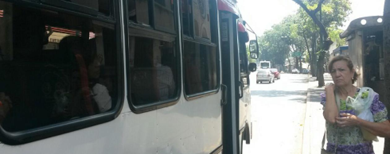 Viejitos se quedan sin subsidio para el pago del transporte