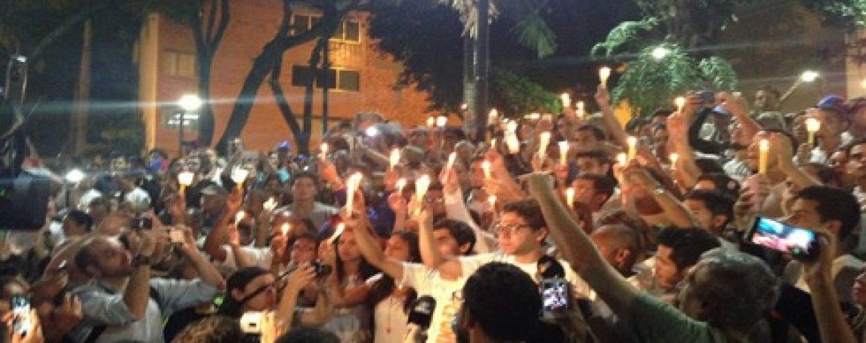 Estudiantes realizan vigilia en Chacao en honor a los caídos