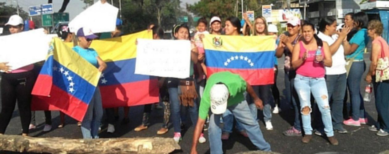 ¡Exigen sus viviendas! Familias cerraron Intercomunal Maracay-Turmero